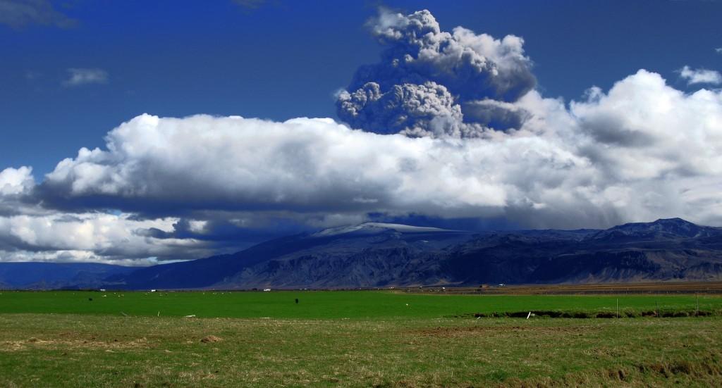 Bedrohliche Wolken über dem Eyjafjallajökull, fast spektakulärer aber sind in meinen Augen die Häuser der Anwohner am Fuße des Vulkans.