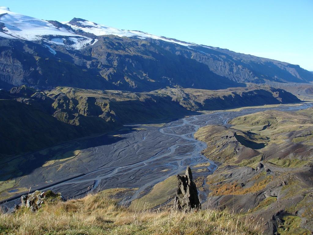 Links im Foto (Gletscher) der Eyjafjallajökull, unten im Tal fließt der Krossá entlang.