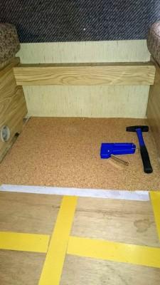 Der Kork wird verlegt, ohne Kleber, dafür mit extra starken Teppichklebeband und zum Fixieren 6 mm Tackerklammern.