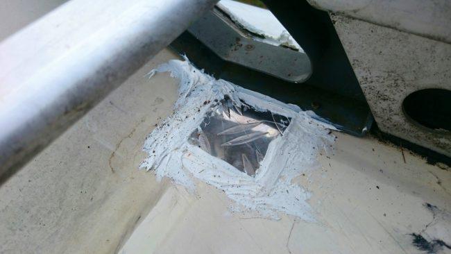 An der Stelle drang am meisten Wasser ein, hier war die Schraube extrem verrostet. Eine meisterhaft mit Dekalin MS-5 verklebte Aluplatte dichtet das Dach vom Wohnmobil nun ab.