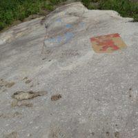 Dieser gewaltige Stein trägt das Wappen mit Stolz.